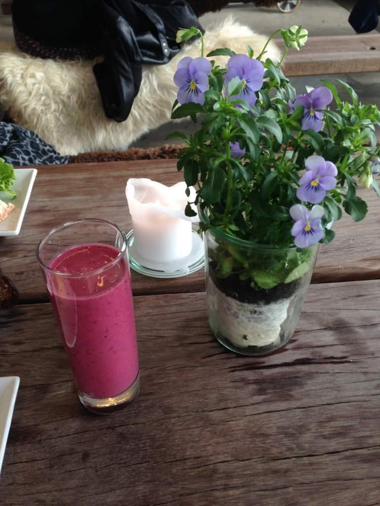 Lækker smoothie ved farverig blomst
