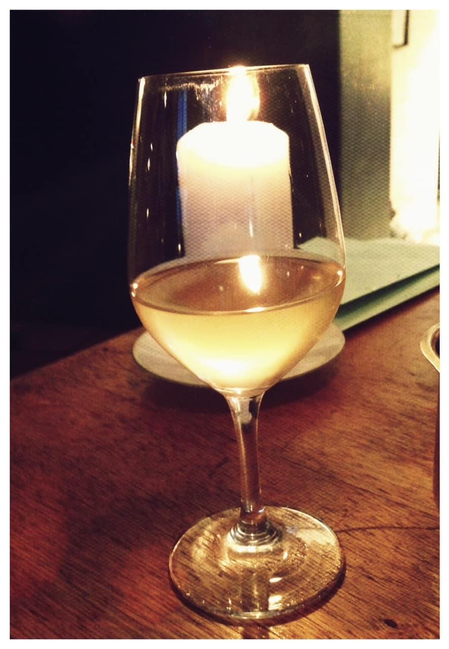 Dejlig ufiltreret hvidvin i glasset