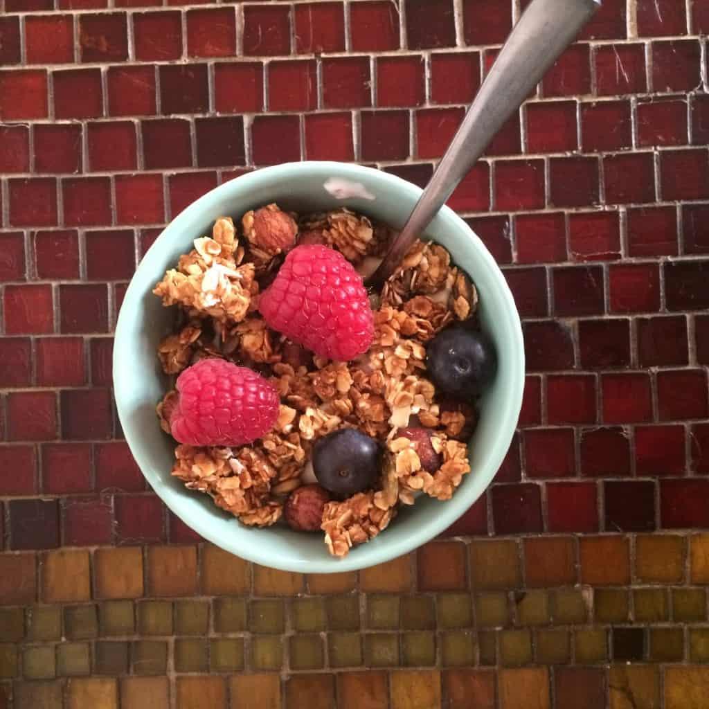 Skyr med granola og bær