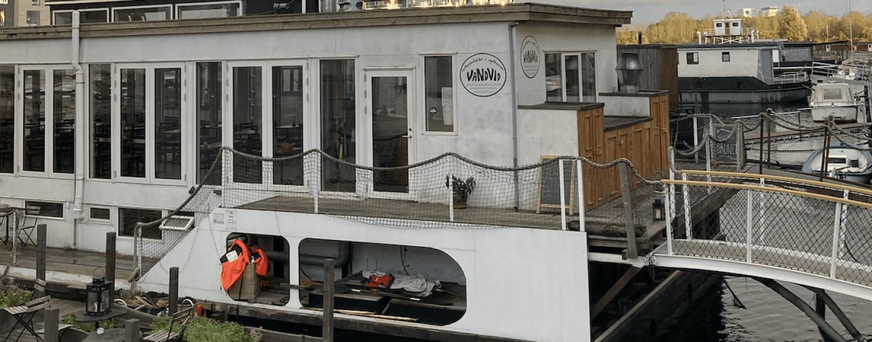 Restaurant Vandvid på Sluseholmen inviterer til grillet påskelam på kajen